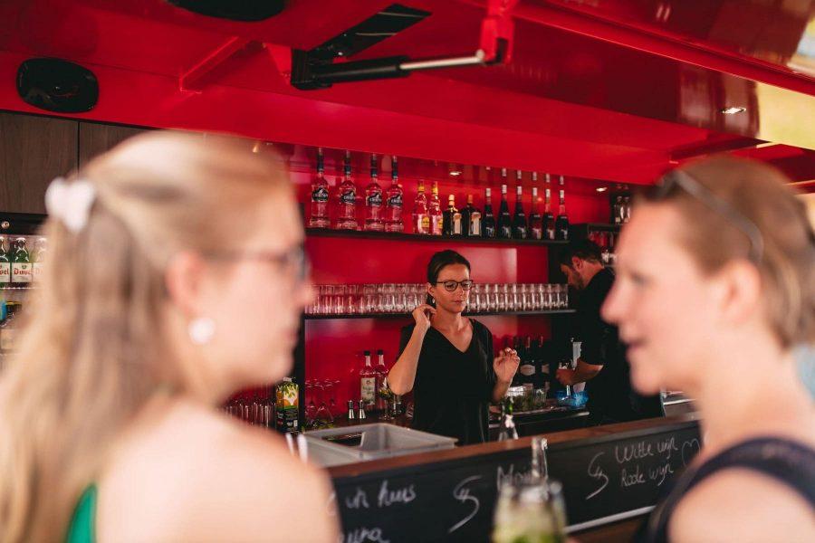 ober achter mobiele bar