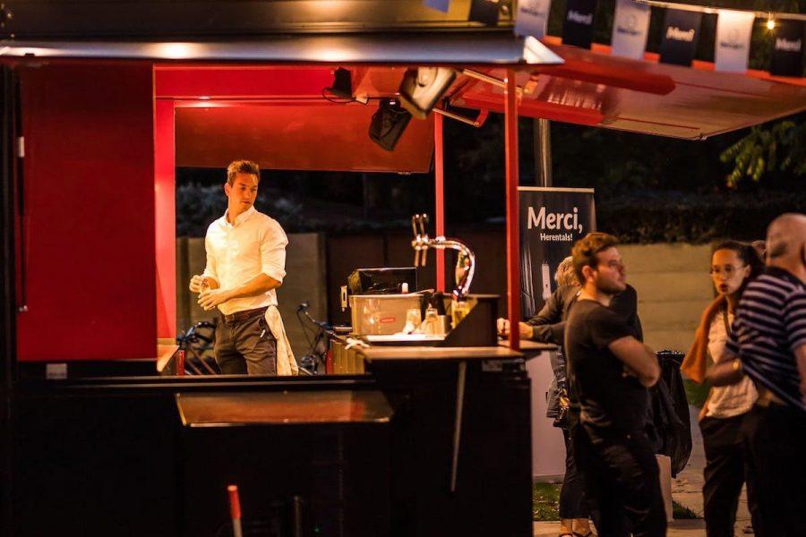 sfeerfoto avond mobiele bar ober